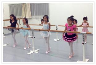 市川せつ子バレエ団千種スタジオのレッスン風景