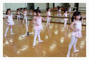 市川せつ子バレエ団藤が丘スタジオのレッスン風景