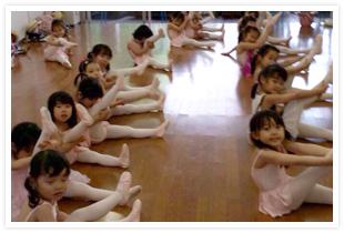 市川せつ子バレエ団東桜幼稚園のレッスン風景
